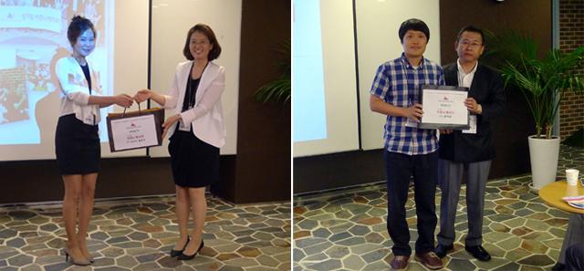 3기 우수 커뮤니케이터 남녀 수상자들의 모습. 상품을 전달하며 사진을 촬영한 모습.
