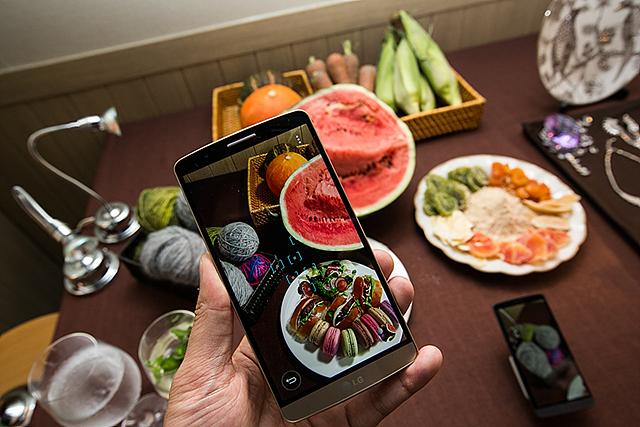 OIS+ 레이저 오토포커스와 터치샷 을 활용해 음식을 촬영하는 모습이다