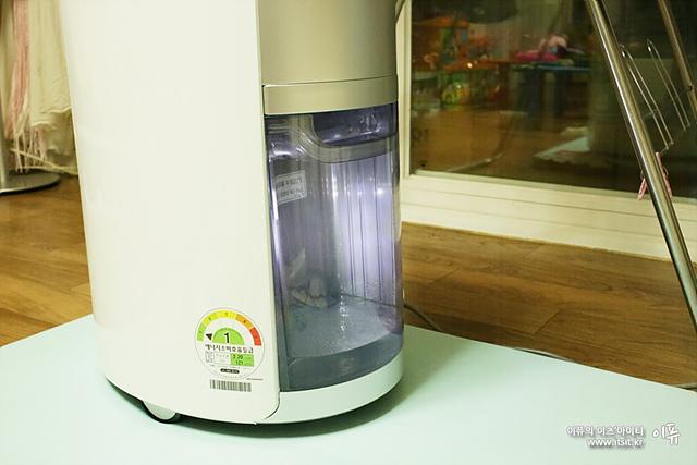 제습기 하단에 수통이 투명처리 되어 있어 어느정도 습기가 제거되고 있는지 바로 확인 가능하다.