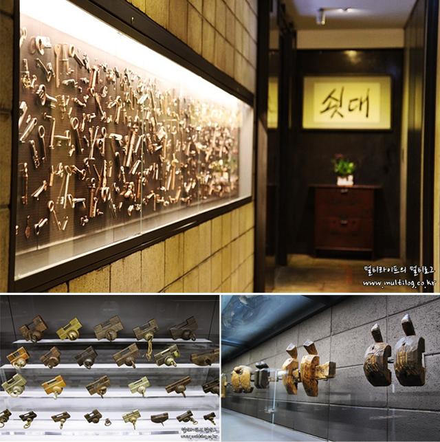 쇳대박물관 내부 이미지와 벽에 걸린 자물쇠 작품의 모습