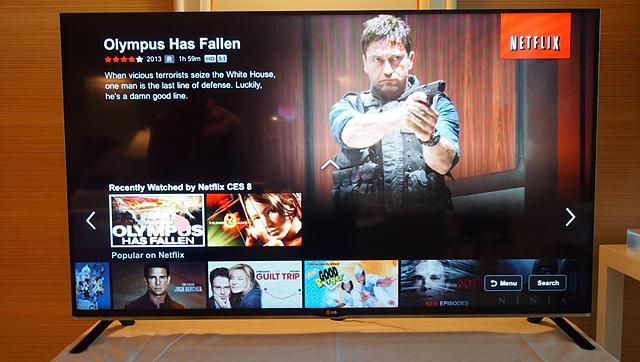 넷플릭스 화면 이미지. 피를 흘리는 한 남자가 총을 겨누고 있는 장면.