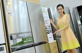 LG전자 모델이 '디오스 세미빌트인' 냉장고를 소개하고 있습니다.