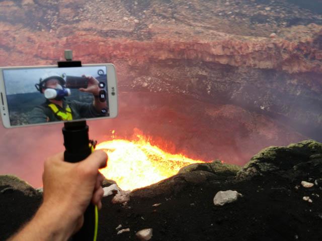사진가 제프 맥클리(Geoff Mackley)가 활화산 촬영 작업 현장을 'G3'로 촬영한 이미지 입니다.