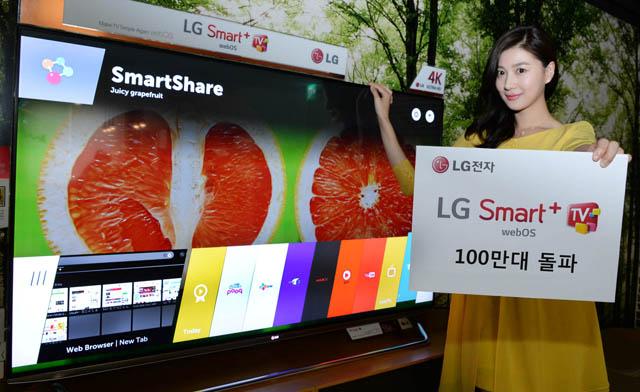 모델이 LG 웹OS 탑재 스마트+ TV를 소개하고 있습니다.