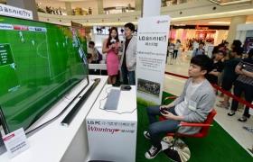 유명 게임해설자 전용준씨와 방송인 원자현씨가 고객이 참여하고 있는 '울트라HD 축구 게임리그' 중계를 진행하고 있는 모습입니다.