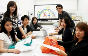 LG전자 디자인경영센터 임직원들이 '캐리커쳐 티셔츠' 디자인 작업을 하고 있는 모습입니다.