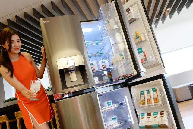 모델이 환하게 웃으며 LG '디오스 얼음 정수기냉장고' 신제품을 소개하고 있는 모습입니다.