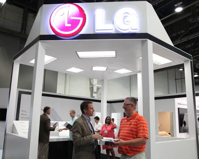 LG전자 직원이 관람객에게 LG 트로퍼 조명에 대해서 설명하고 있는 모습입니다.