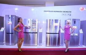 LG전자가 러시아 모스크바에서 개최한 가전 신제품 출시회에서 모델들이 양문형 냉장고 신제품 앞에서 포즈를 취하고 있는 모습입니다.