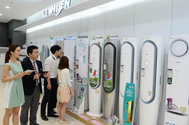 LG베스트샵에서 매장을 방문한 고객들이 LG전자 '휘센 손흥민' 에어컨을 구경하고 있는 모습입니다.