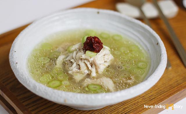 흰 도자기 그릇에 담긴 닭 곰탕