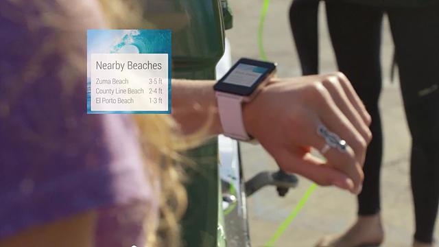 사용자의 동작을 이해하는 동작인식기능을 탑재한 스마트워치를 착용한 손의 모습