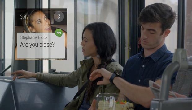 스마트워치를 보는 한 남자와 여자가 버스안에 나란히 앉아있다. 왼쪽 상단에 'Are you close?'라는 메시지가 보인다.