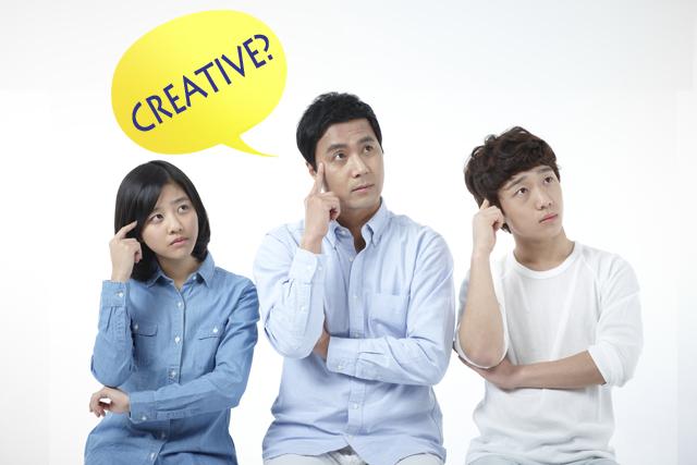 CREATIVE에 대해 생각하고 있는 남녀 3명이 나란히 앉아 있다.