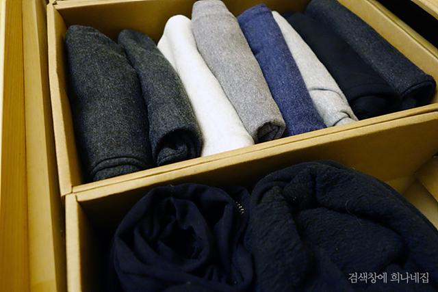 자투리 공간에 튼튼한 박스로 옷 정리를 한 모습