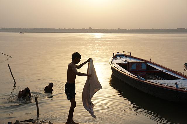 겐지스강에서 한 아이가 천을 빨고 있는 모습이다