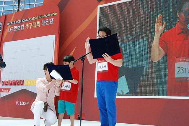 로보킹 대회에 앞서 무대에 올라 선서를 하고 있는 아이 대표와 어른 대표의 모습