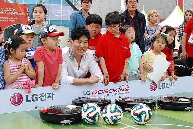 로보킹의 광고모델 유준상 씨가 참석하여 1시간 동안 사인회를 통해 팬들과 만남