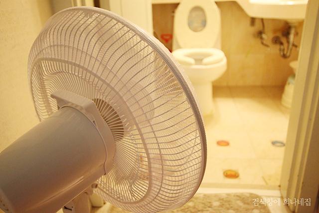화장실앞에 선풍기를 틀어놓은 모습