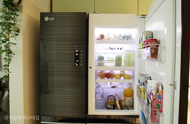 디오스 냉장고의 오른쪽 문을 열어 두었다