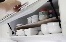 그릇들이 깔끔하게 잘 정리된 선반의 모습