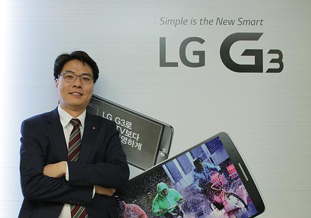 박관우 팀장이 LG G3 제품 이미지 앞에 서있다