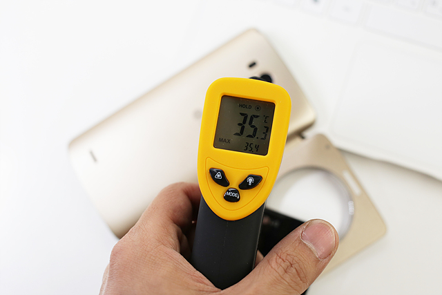 발열여부를 확인할 수 있는 노란 온도계. 35.3도씨를 가리키고 있다.