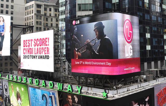 지난달 초부터 이 달 5일까지 뉴욕 타임스퀘어 광장에 위치한 LG전자 전광판에서 유엔환경계획(UNEP)의 '세계환경의 날' 홍보 영상이 상영되고 있다.
