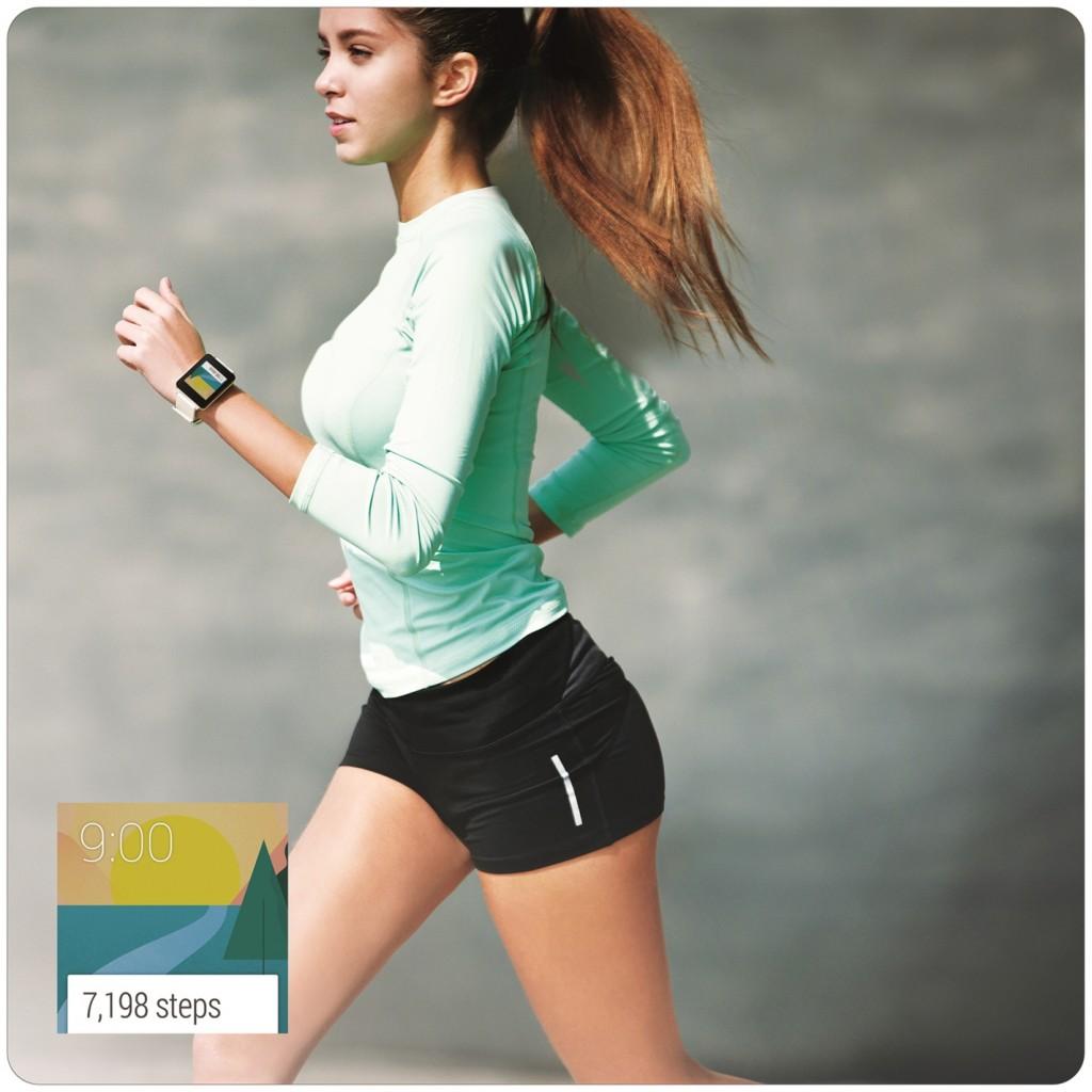 한 외국인 여성이 LG G워치를 착용한 채 운동복을 입고 뛰고 있는 이미지.