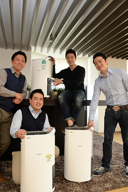LGE_제습기 개발자들이 제습기와 함께 환하게 웃고 있다. 왼쪽부터 송태훈 대리(상품기획), 윤상연 책임(개발), 박재용 연구원, 김진수 선임(디자이너)