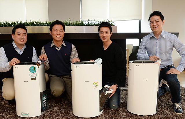 LGE_제습기 개발자들이 제품과 함께 미소를 짓고 있다.  왼쪽부터 송태훈 대리(상품기획), 윤상연 책임(개발), 박재용 연구원, 김진수 선임(디자이너)