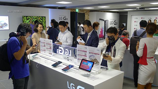 G3 체험존에서 제품을 살펴보고 있는 사람들의 모습이다