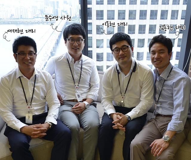 왼쪽부터 여재현 대리, 문수영 사원, 이동현 대리, 김용현 대리가 앉아있다.