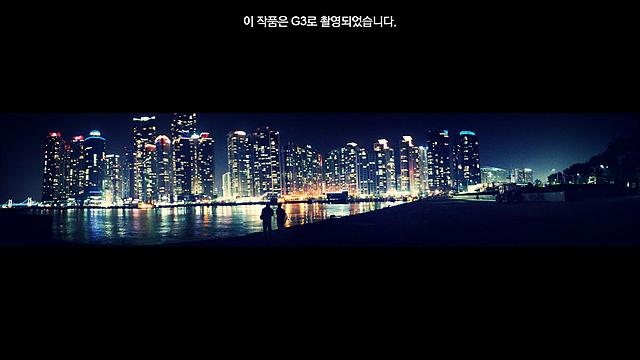한밤 중 조명으로 빛나는 높은 건물들. 강물에 빛이 반사돼 빛나고 있다.