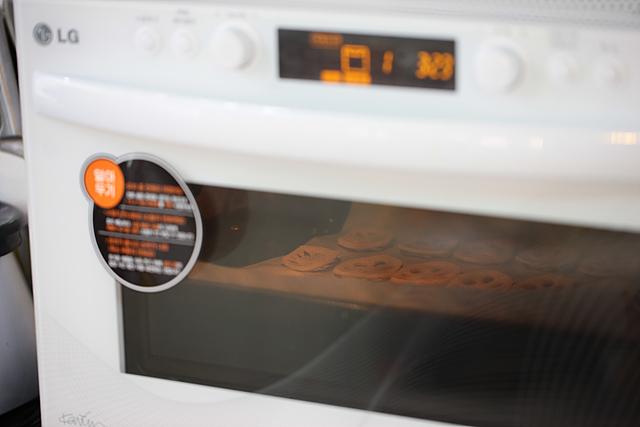 디오스 광파오븐을 활용해 연근 요리를 하는 모습