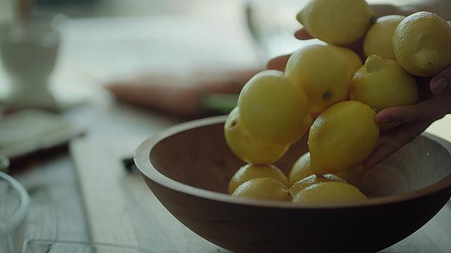 레몬이 테이블위 그릇에 여러개 놓여져 있다