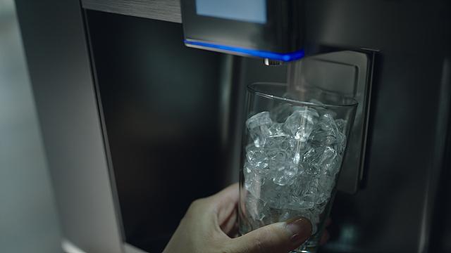디오스얼음정수기로 얼음을 받는 모습