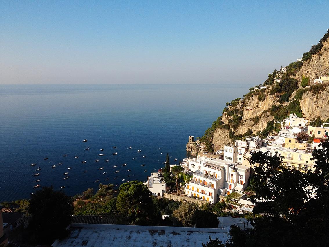 이탈리아 남부의 아름다운 도시 포지타노(LG G프로). 푸른 바다의 모습과 흰색 건물의 모습이 대조적이다.