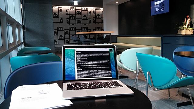 카페테리아의 테이블 위에 노트북이 놓여져 있는 모습