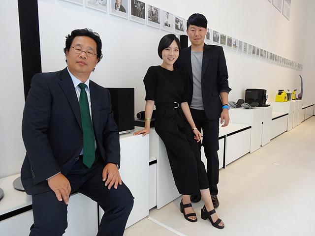 레드닷 어워드 디자인 수상한 LG 직원들이 기념촬영을 하고 있다. 카메라를 응시하고 있는 남자 두 명과 여자 한 명의 모습