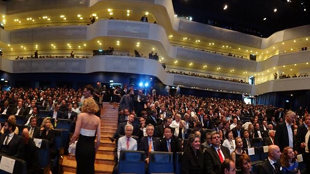 시상식에 참석한 많은 사람들의 모습. 2층과 3층에도 사람들의 모습이 보인다.