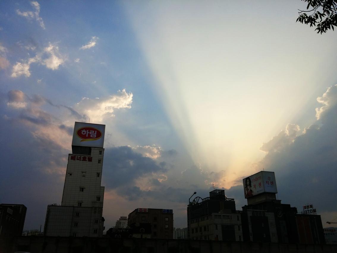 LG G3 로 촬영한 죽전정류장의 모습. 맑은 하늘에 번지는 햇살의 모습.