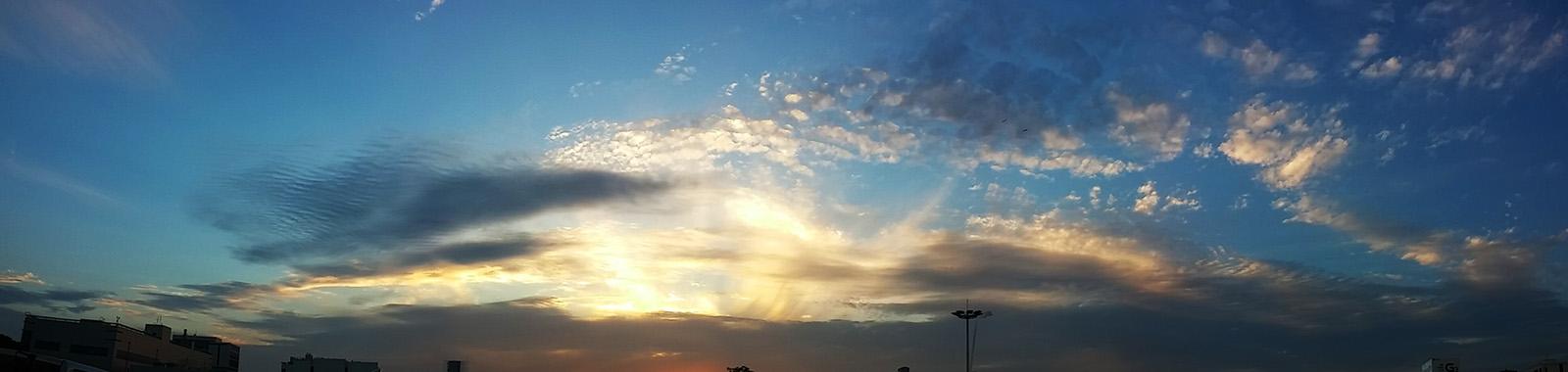 LG G2로 촬영한 회사 주차장. 햇살이 비추는 하늘의 모습을 와이드하게 촬영한 사진