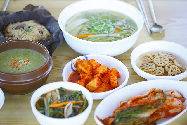 연자죽, 연잎전, 연칼국수, 연밥  등이 한 상 차려져 있는 모습