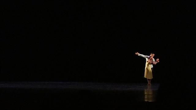 피날레로 진행된 발레 공연. 어둠 속에서 한 쌍의 남녀의 모습이 보인다.