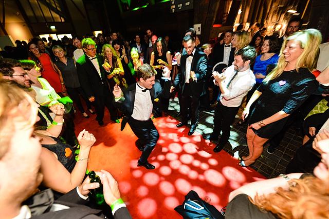 마지막 프로그램인 Winner's Party에서 정장을 입은 사람들이 춤을 추고 있다.