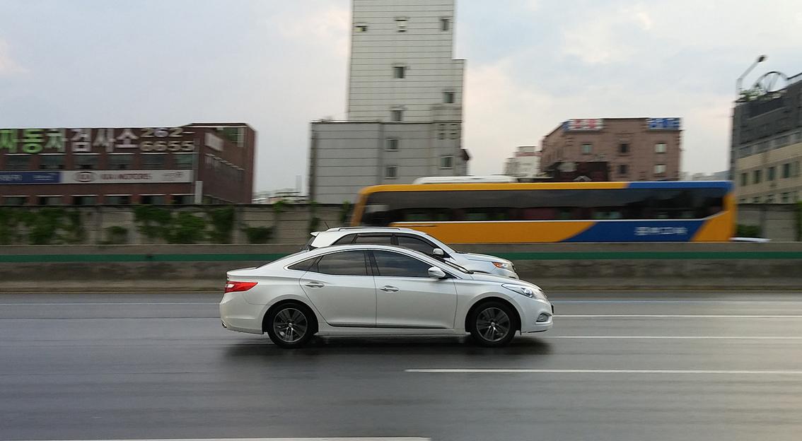 LG G3 로 촬영한 경부고속도로 정류장. 도로를 달리는 차들의 모습
