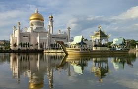 물 위에 떠있는 황금 사원
