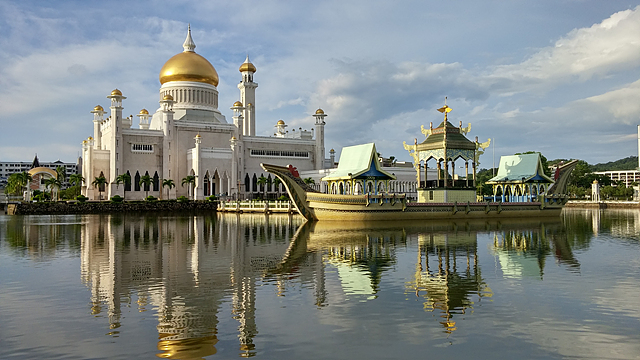 맘치 물 위에 떠있는 것처럼 보이는 황금 사원의 모습.