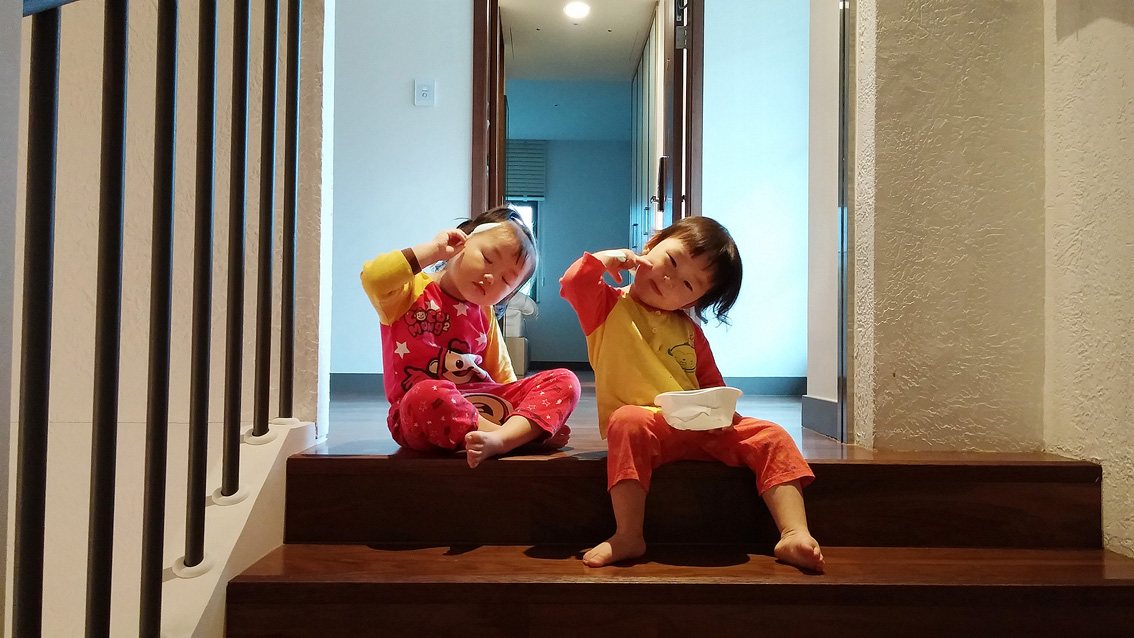 LG G3로 촬영한 가족여행. 아이들이 같은 포즈를 취한 채 계단에 앉아있다.